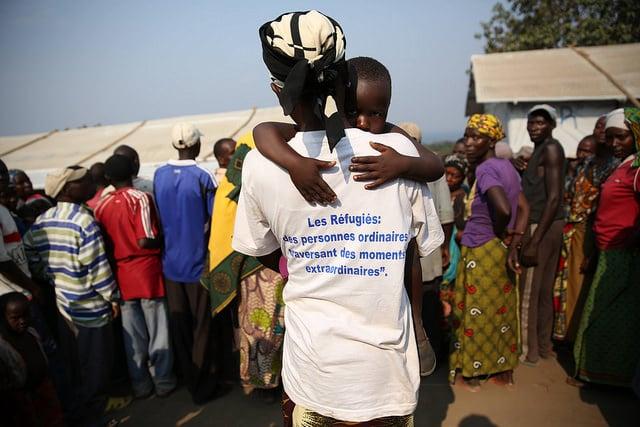 Una donna tiene in braccio suo figlio nel Campo rifugiati provenienti dal Burundi a Lusenda, nel territorio di Fizi, a Sud di Kivu, in Congo. Foto di Abel Kavanagh, MONUSCO CC su Flickr.
