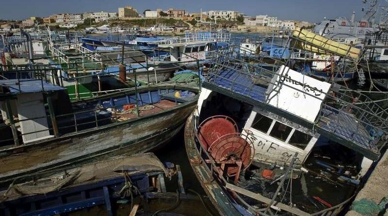 Cimitero di barche a Lampedusa, immagine dell'Agenzia per i rifugiati UNHCR, 14 maggio 2011