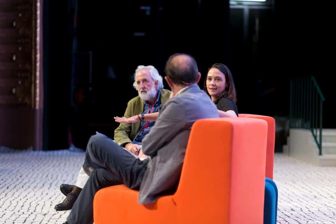 """Pìa Mancini e Daniel Innerarity durante la conferenza """"Che cos'è la democrazia?"""" al Teatro Sao Luiz a Lisbona. Nuno Ramos. Tutti i diritti riservati."""