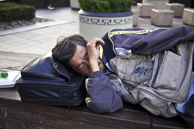 Un senzatetto a Seoul. Il fenomeno dei senzatetto è il segno delle lotte della Corea del Sud contro una crescente epidemia della disuguaglianza economica. Flickr/Marcelo Druck. (Alcuni diritti riservati)
