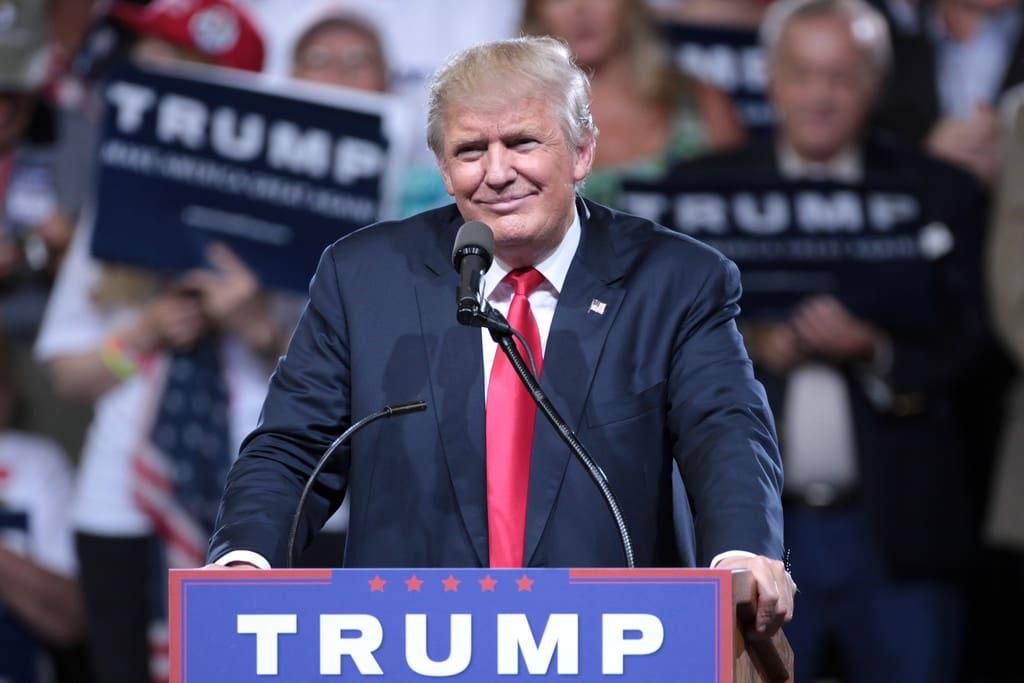 Donald Trump in un discorso ai suoi sostenitori in un comizio elettorale al Veterans Memorial Coliseum, a Phoenix, in Arizona. Immagine ripresa da Flickr. Alcuni diritti riservati.