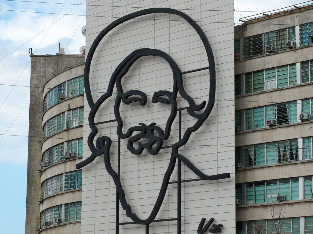 Ritratto di Castro in Plaza De La Revolución. Foto Flickr dell'utente Phil Guest. Licenza CC.