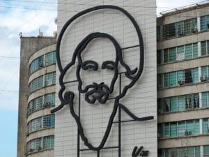 Ritratto di Castro in Plaza De La Revolucion. Foto Flickr dell'utente Phil Guest. Licenza CC.