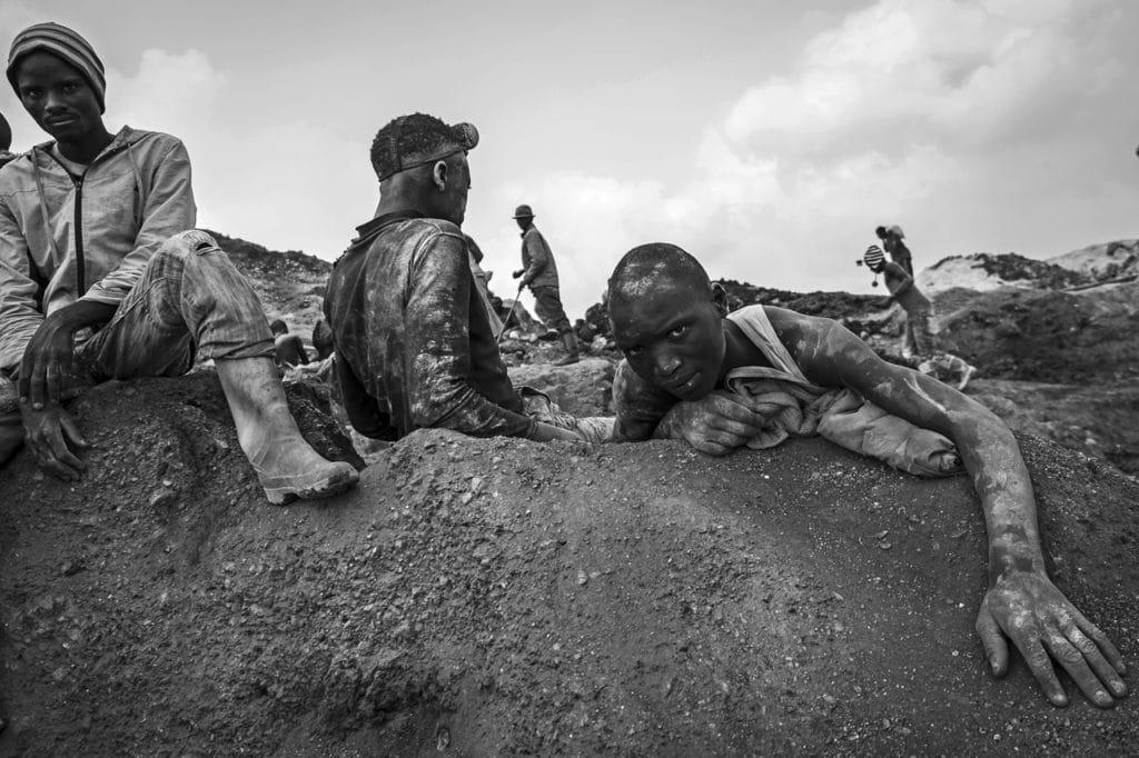 Minatori al lavoro presso la miniera di coltan di Luwowo.