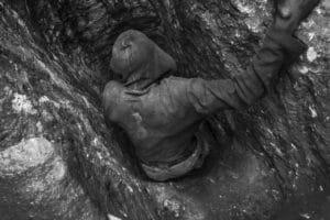 Minatore presso la miniera di coltan di Luwowo. L'attività richiede di scavare nelle profondità della montagna per 10-15 metri nel terreno, dove si trova il minerale più puro.