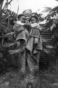 Vedova di un minatore a Rubaya. Senza alcun diritto, e senza assistenza dalle compagnie minerarie, alcune donne hanno perso sia il marito che i figli, sepolti dalla montagna.