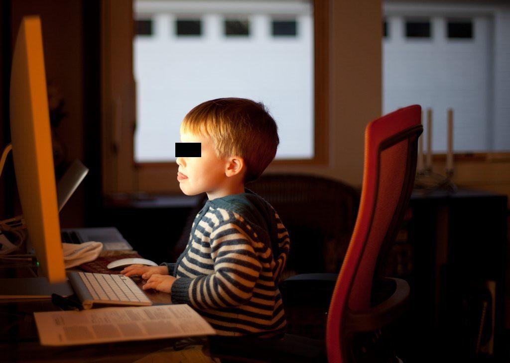 """""""Al computer, foto dell'utente Flickr Lars Plougmann su licenza CC."""