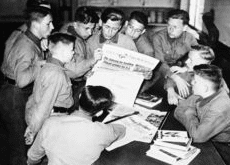 Giovani nazisti studiano i giornali