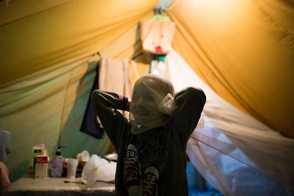 Osama, una bimba di Aleppo, gioca nella tenda dove vive, insieme alla sua famiglia, nel campo di Karamanlis, Sindos, vicino a Salonicco. // Credits: Dimitris Tosidis