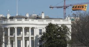 Striscione di Greenpeace di fianco alla Casa Bianca (AP, 25/01/17)