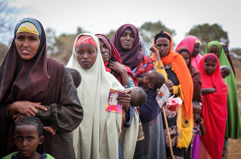"""Foto dell'utente Flickr """"Albany Associates"""". Donne e bambini in fila per entrare in una clinica gratuita in Somalia"""