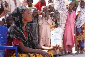 Dimostrazione culinaria durante la distribuzione di generi alimentari del Programma alimentare mondiale in un campo di rifugiati a Bosso, Nigeria. Wikimedia/ECHO/Anouk Delafortrie. Alcuni diritti riservati