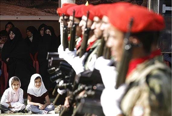 Bambine a una parata militare, foto di Amin Nazari, Iran 2008.