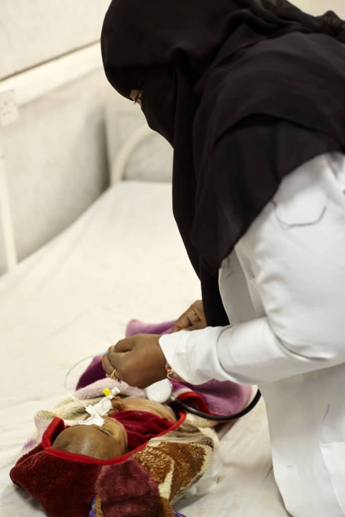 Ospedale al Thaura di Khamer, Sada - Infermiera tenta di applicare la rianimazione cardiaca a un bambino malnutrito appena morto – copyright Laura Silvia Battaglia per Watchlist