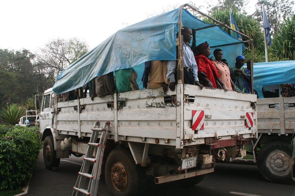 Rifugiati a bordo di un camion. Scattata il 23 luglio 2006. Immagine ripresa da Flickr/Scott Chacon. Alcuni diritti riservati.