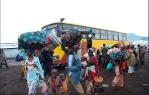Rifugiati in viaggio lungo il confine della Repubblica Democratica del Congo (RDC) verso il campo di Rwamwanja in Uganda. Scattata l'11 aprile 2013. Foto ripresa da Flickr/Andy Wheatley/DFID. Alcuni diritti riservati.