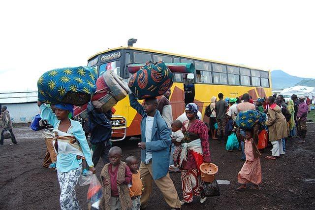Rifugiati in viaggio lungo il confine della Repubblica Democratica del Congo (RDC) verso il campo di Rwamwanja in Uganda. Scattata l'11 aprile 2013. Foto dell'utente Flickr Andy Wheatley/DFID su licenza CC.
