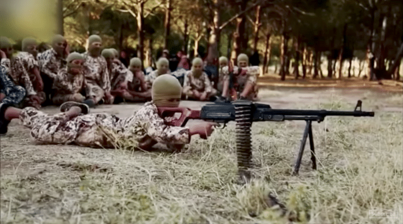 "Fotogramma dal video ""ISIS' children: soldiers trained to kill and die"""