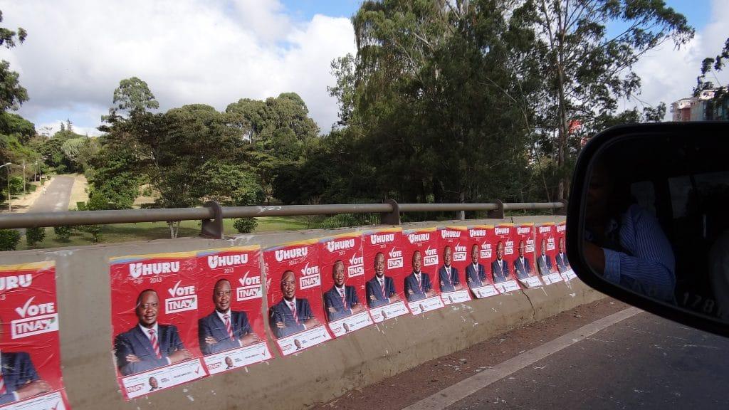 Manifesti elettorali di Uhuru Kenyatta a Nairobi. Foto dell'utente Flickr Heinrich-Böll-Stiftung. Licenza CC.