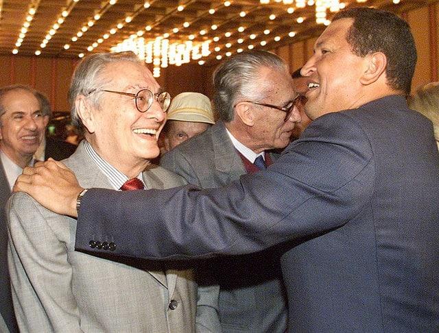 Luis Miquilena e Hugo Chávez, foto presa dalla rivista online 2001.com.ve