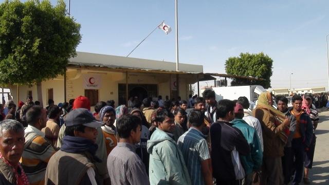 Lavoratori migranti alla frontiera libico-egiziana. Immagine ripresa da Flickr/European Commission DG ECHO in licenza CC. Alcuni diritti sono riservati.