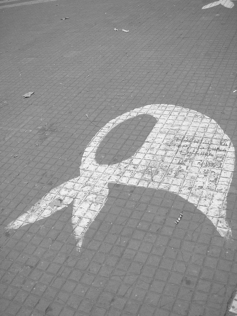 Simbolo delle Madri di Plaza de Mayo dipinto sulla pavimentazione. Utente Flickr Andrew. Licenza CC