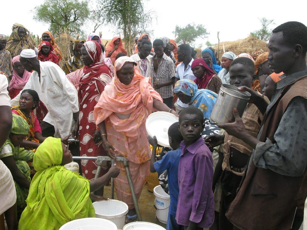 Rifugiati Sud Sudan in fila per acqua pulita