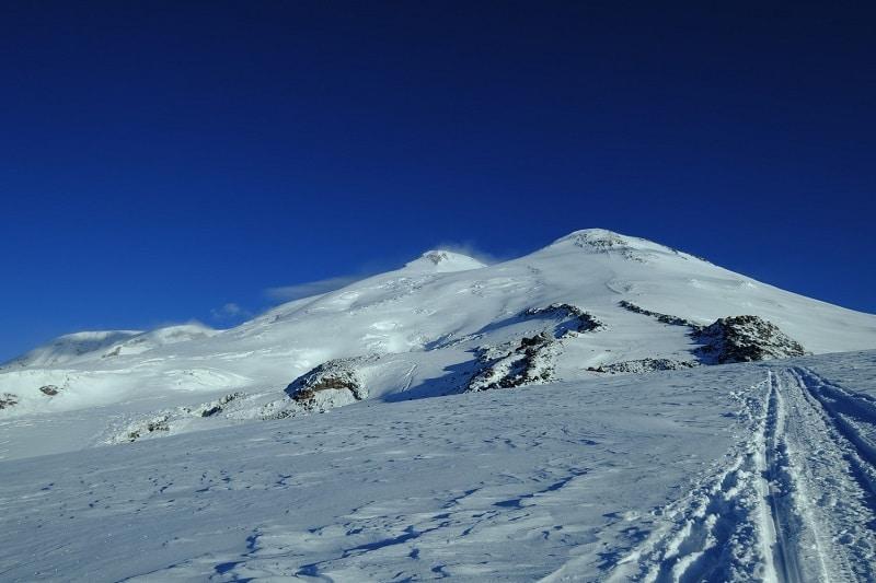 Le vette gemelle del Monte Elbrus ( 5642 m vetta occidentale, 5621 m vetta orientale)