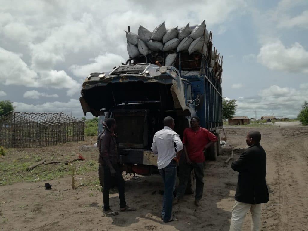 Un camion carico di carbone vegetale pronto a raggiungere Kinshasa dalla regione del Bandundu.