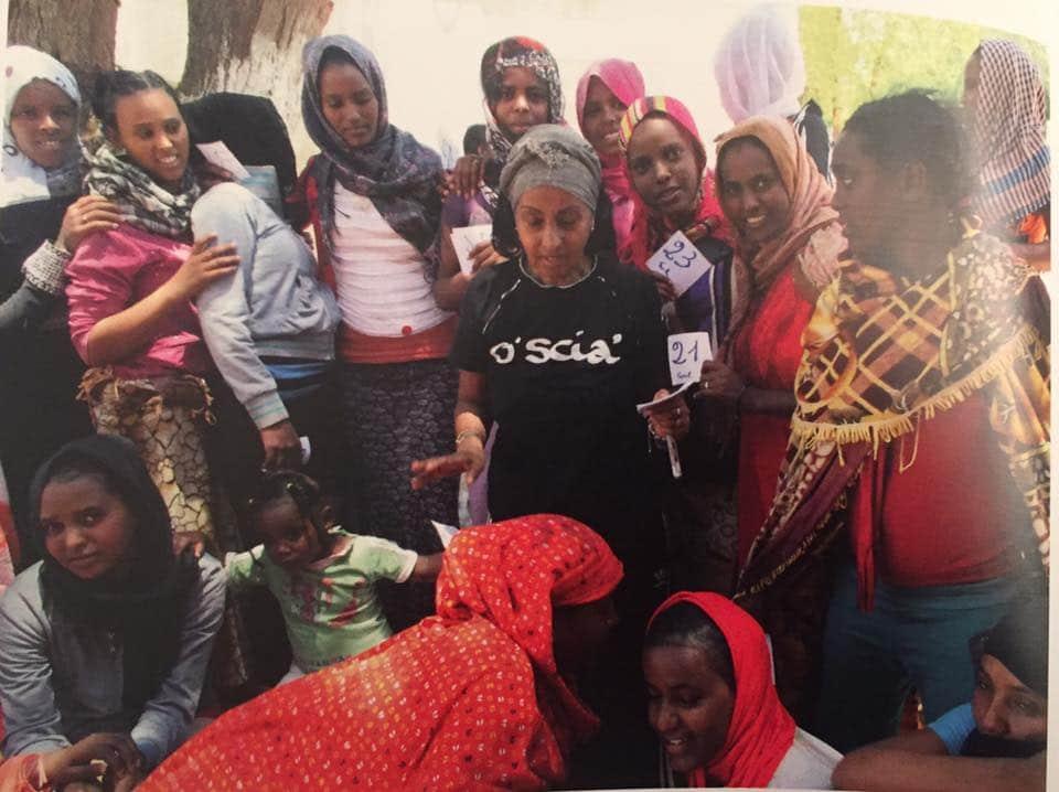 Alganesh Fessaha nelle sue attività con donne profughe salvate dalla violenza