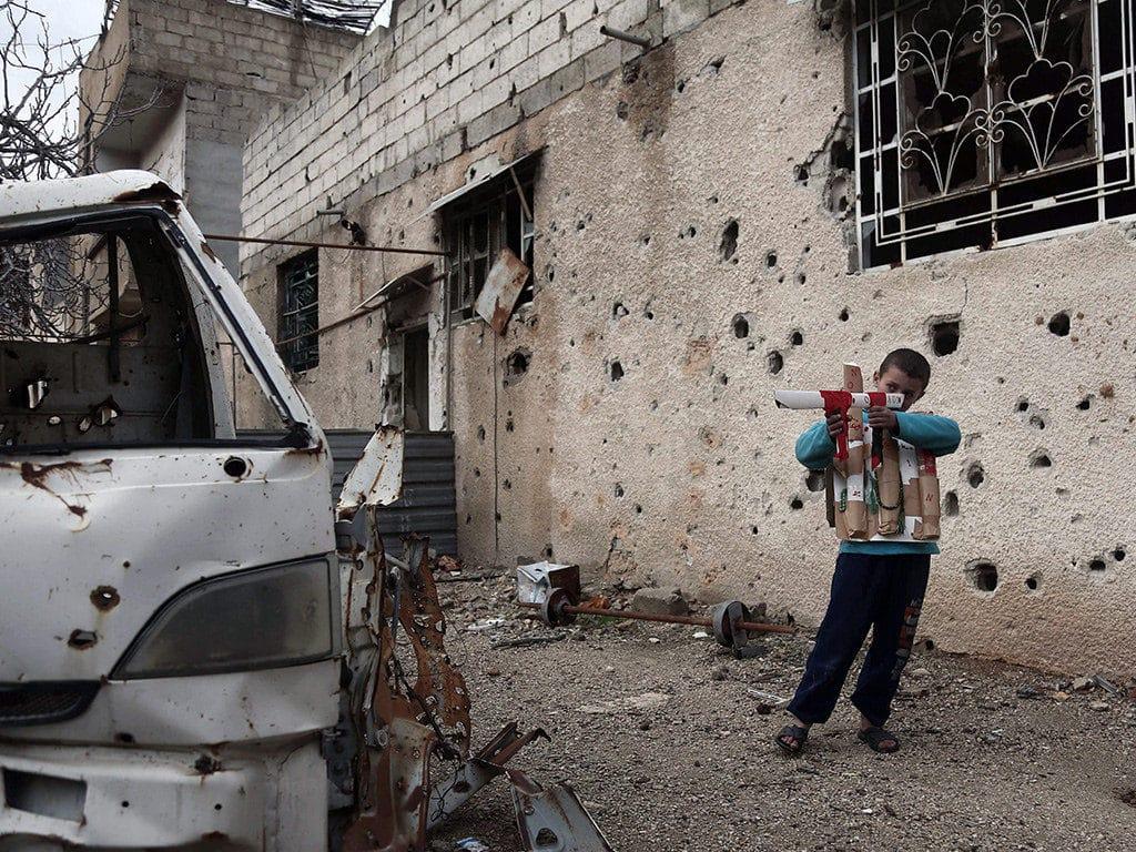 Bambino siriano gioca alla guerra ad Harasta. Foto Flickr dell'utente Jordl Berabeu Farrùs. Licenza CC.