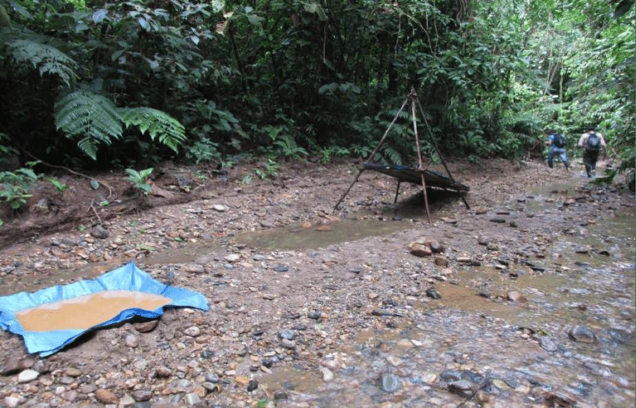 Miniere d'oro illegali nella foresta amazzonica in Perù. Foto Flickr Creative Commons. Climate Alliance Org