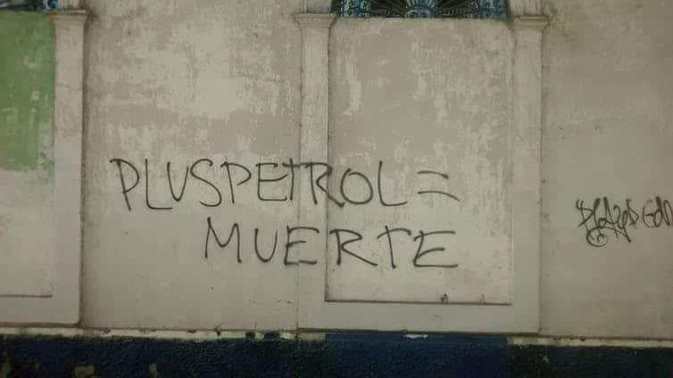 Più petrolio = morte. Graffiti a Iquitos, la capitale della regione di Loreto. Una consultazione limitata significa che i graffiti diventano un modo in cui la popolazione locale può esprimere la propria rabbia sullo sviluppo petrolifero.