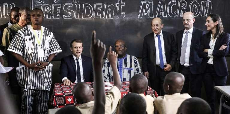 Il presidente francese Macron in visita all'università di Ouagadougou, insieme al presidente del Burkina Faso Kaboré ed alcuni altri ministri burkinabè incalzati dalle domande degli studenti anche in merito al futuro del franco CFA. Da AFP Photo/L. Marin, novembre 2017.