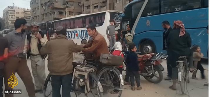 Partenze con bus dei civili sfollati da Ghouta Est. Foto da video Al Jazeera