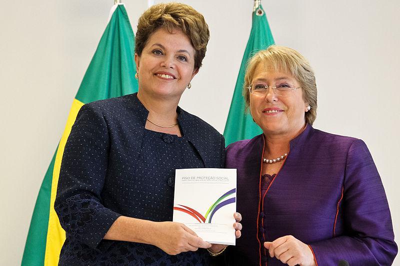 L'ex presidente brasiliano Dilma Rousseff con l'ex presidente del Cile Michelle Bachelet