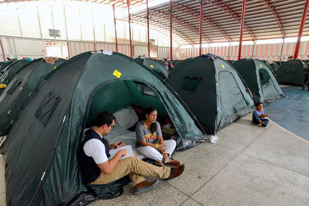 Un operatore della Commisione Interamericana dei Diritti dell'Uomo (IACHR) interroga una donna in un campo rifugiati della Colombia. Fonte Flickr. Autore IACHR