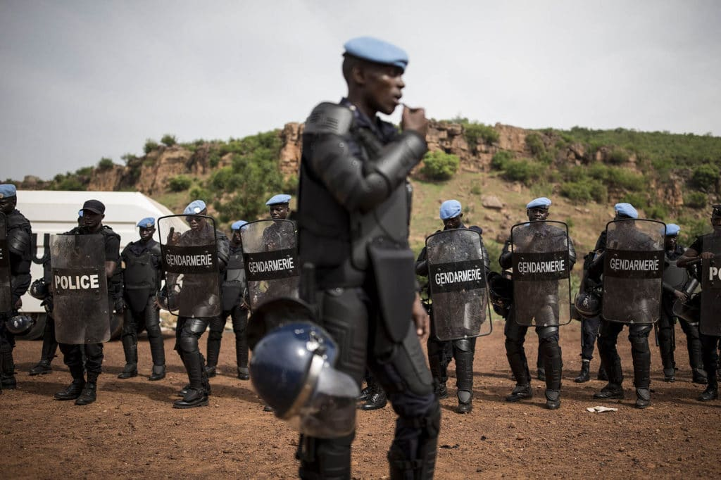 I membri di un'Unità di Polizia Costituita (FPU) senegalese del MINUSMA mentre partecipano alla formazione per il mantenimento e il ripristino dell'ordine pubblico presso l'Accademia di polizia a Bamako. Immagine ripresa da Flickr/UN Mission in Mali in licenza CC. Alcuni diritti riservati.