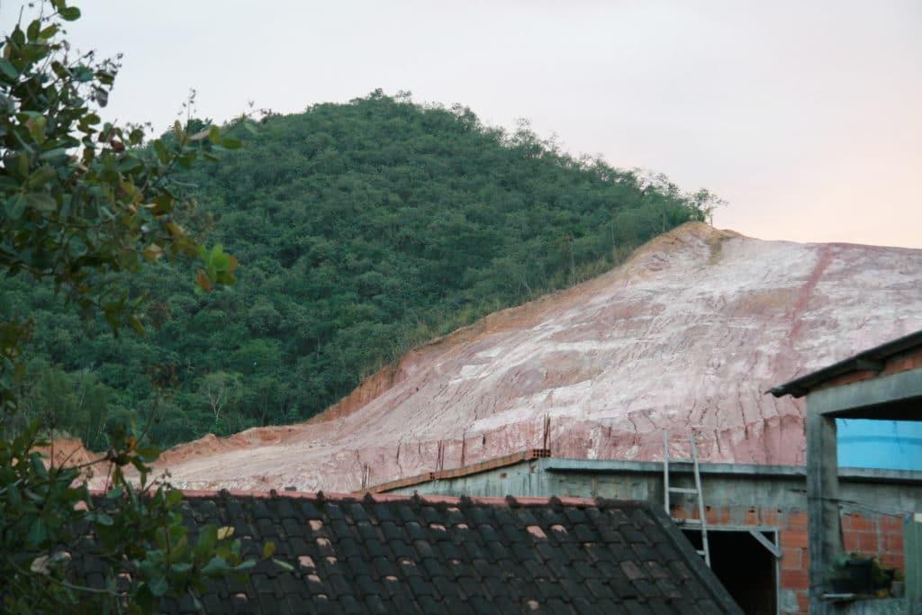 Collina soggetta a deforestazione, Rio de Janeiro. Foto tratta da Wikipedia.