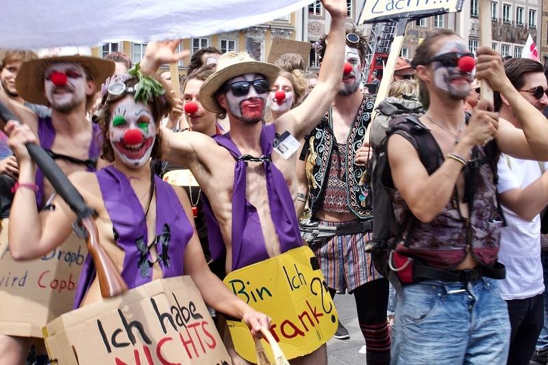 """Manifestanti che """"non hanno niente da nascondere"""", manifestazioni #noPAG a Monaco di Baviera. Immagine di Christine Madden."""
