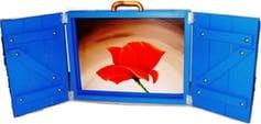 """Lo """"story box"""" dell'autrice, che, con le sue serrande blu, richiama le atmosfere del sud della Francia."""