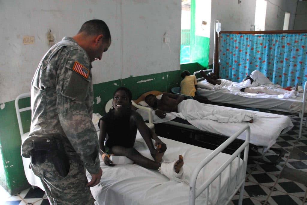 Un volontario del Civil Affair ad Haiti. Immagine ripresa da Flickr/DVIDSHUB in licenza CC.