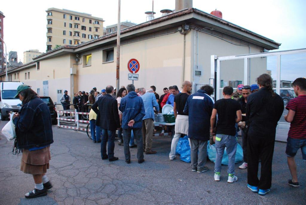 Volontari distribuiscono cibo ai poveri alla stazione Tuscolana a Roma - Flickr Creative Commons - Camelia Boban