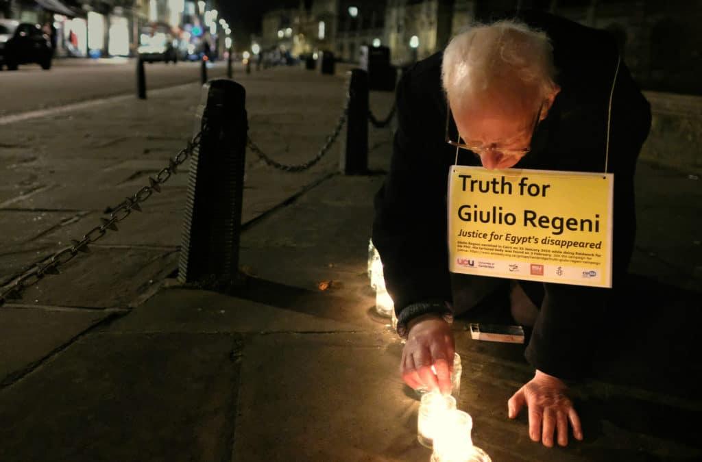 Candele accese in memoria di Giulio Regeni, per la sua giustizia e per quella di centinaia di egiziani rimaste vittime di sparizioni forzate ogni anno. Immagine ripresa da Flick/Alisdare Hicksan in licenza CC.