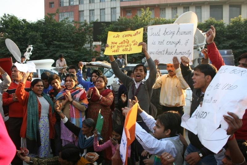 Manifestazione davanti l'ospedale di Safdarjung a Nuova Delhi per fare giustizia alla ragazza vittima di uno stupro di gruppo nel dicembre 2012. Immagine ripresa da Flickr/Ramesh Lalwani in licenza CC.