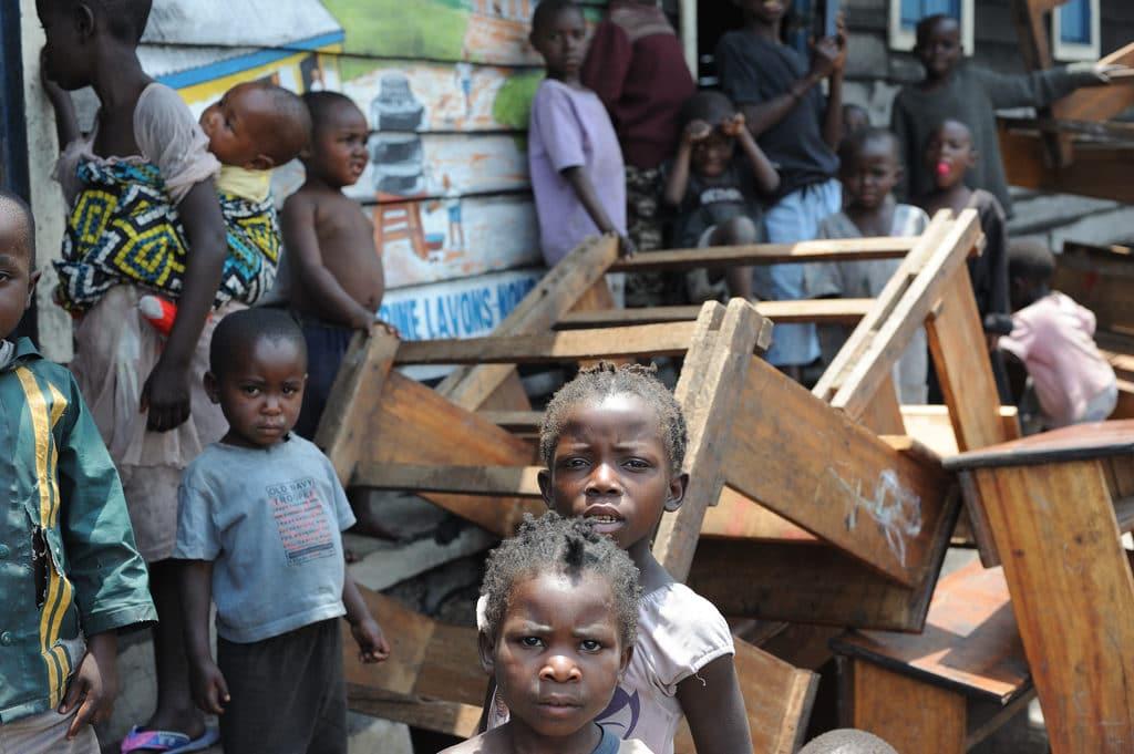 Scuola occupata da famiglie senza casa dopo bombardamenti nella Democratica del Congo. Flikr Creative Commons - Julien Harneis