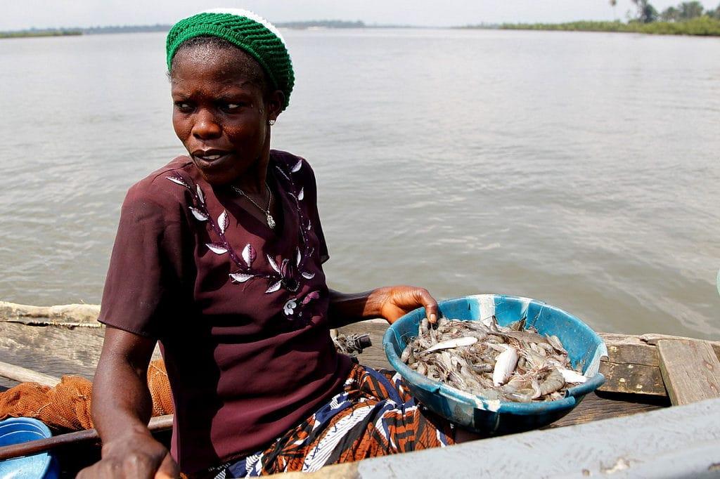 Una pescatrice in Nigeria. Immagine ripresa da Flickr/United Nations. Tutti i diritti riservati.