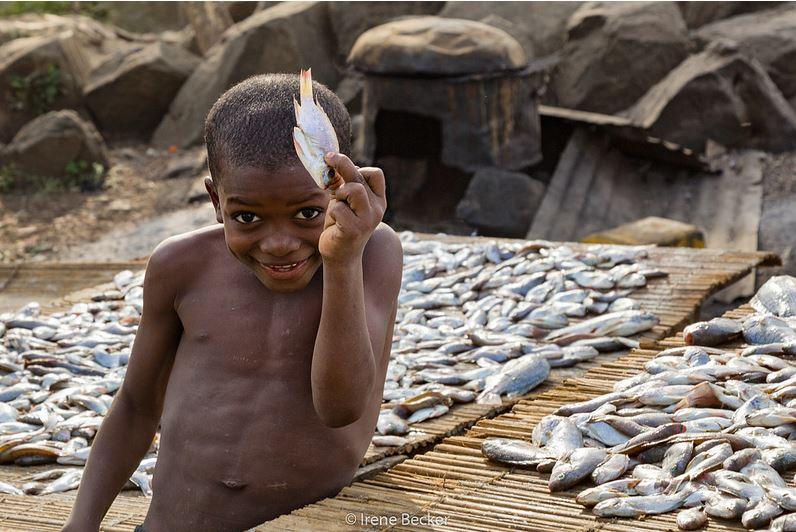 Un bambino nel Lago Jabi, in Nigeria. Immagine ripresa da Flickr/Irene Becker in licenza CC. Tutti i diritti riservati.