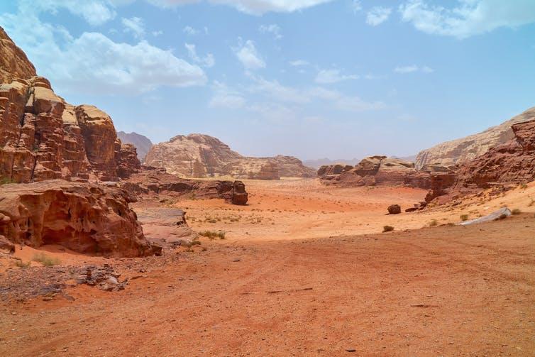 Uno Wadi, ossia un letto di un fiume con corso d'acqua a carattere non perenne (effimero), in Giordania. Shutterstock