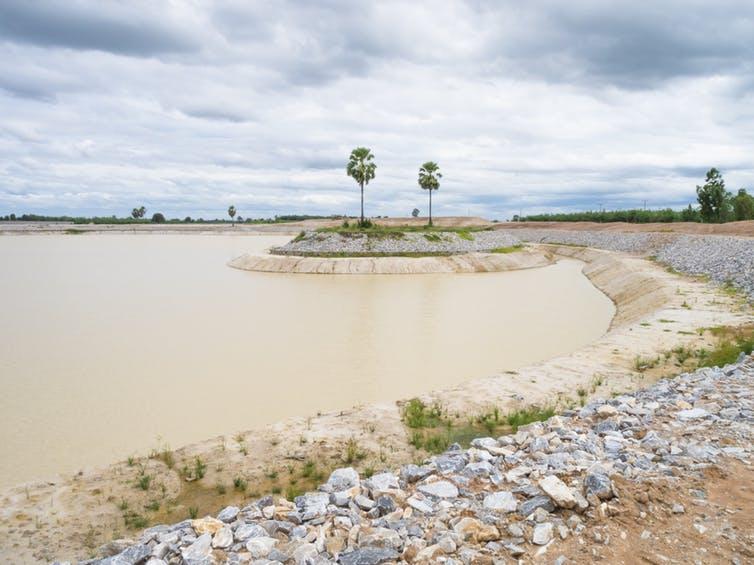 Un esempio di diga di terra. Shutterstock